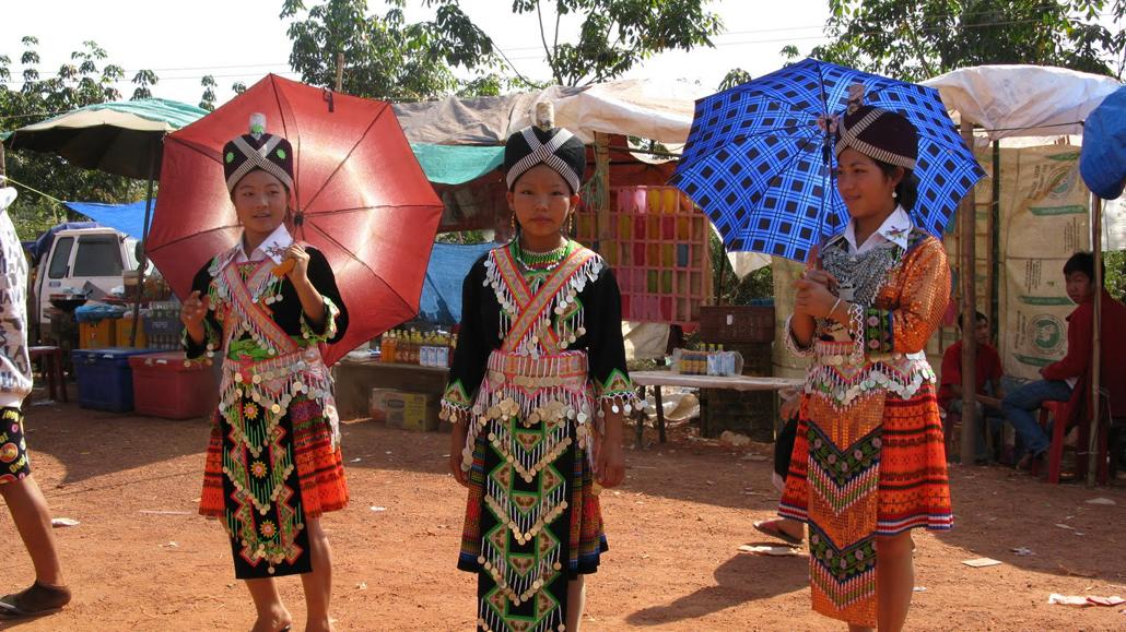 LAOS – La aruncat de mingi cu poporul Hmong