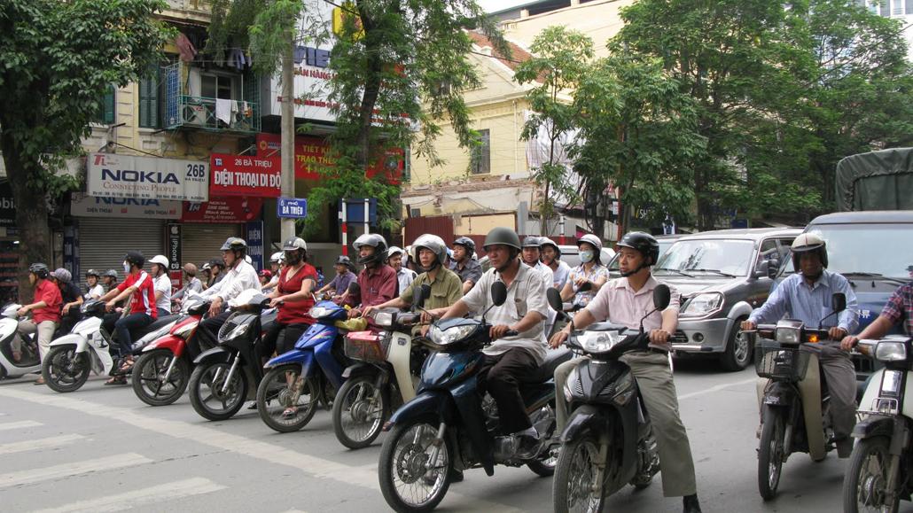 VIETNAM – In mijlocul traficului in Hanoi